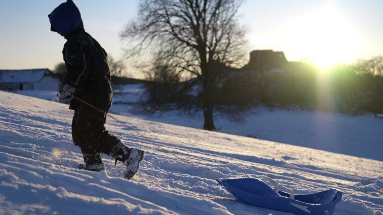 børn leger i sneen på Bornholm