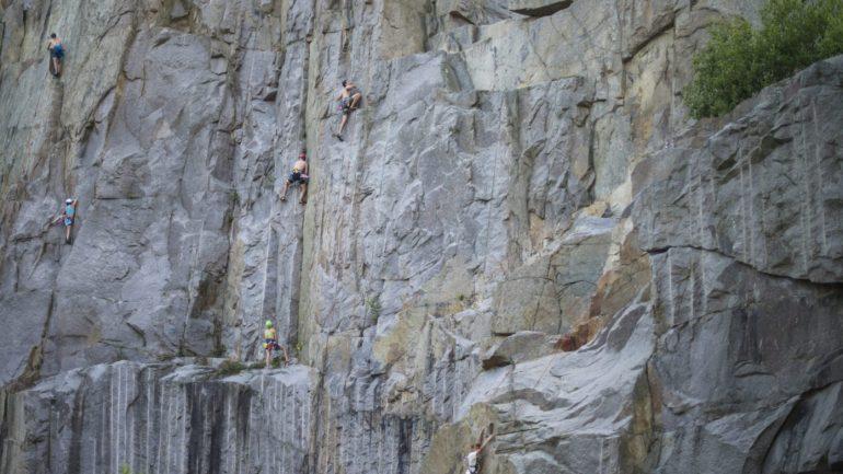 At flytte til Bornholm kan føles som at skulle bestige en klippevæg, men Tilflytterservice hjælper dig