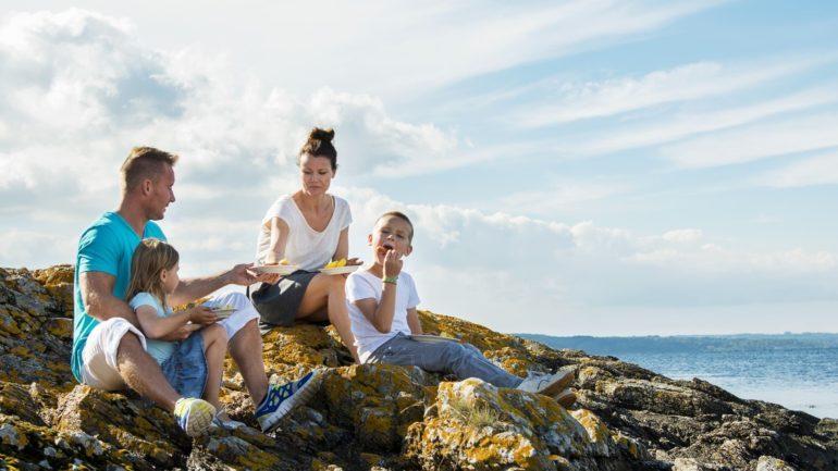 Frokost på klipperne med familien er endnu en fordel ved at flytte til Bornholm
