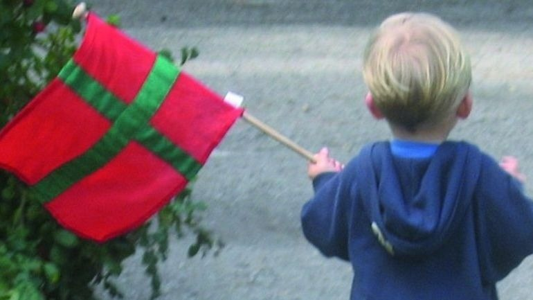 lille dreng med bornholmske flag