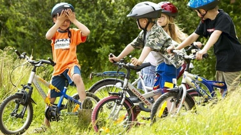 børn cykler på Bornholm