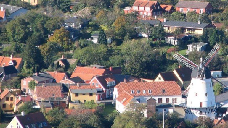 hyggelige byer på Bornholm med gule huse og gamle møller - hvor vil du helst bo på Bornholm?