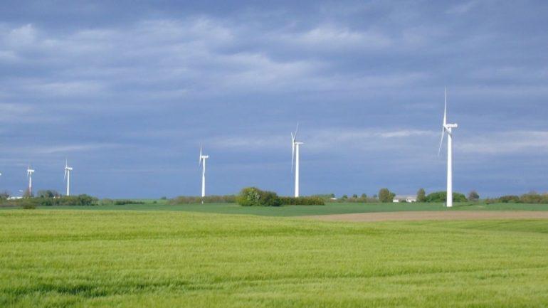 Bornholm har mange vindmøller og satser på grøn enerig. Flyt til Bornholm og få arbejde fx i energisektoren