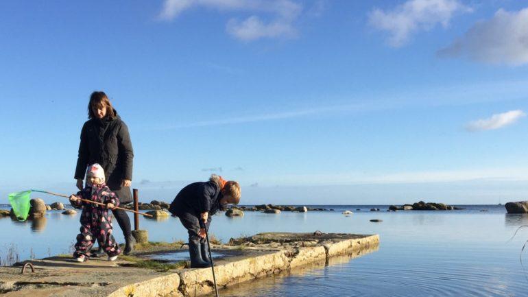 flyt til Bornholm og få tid til din familie, fx kan I fiske efter rejer og krabber på molen