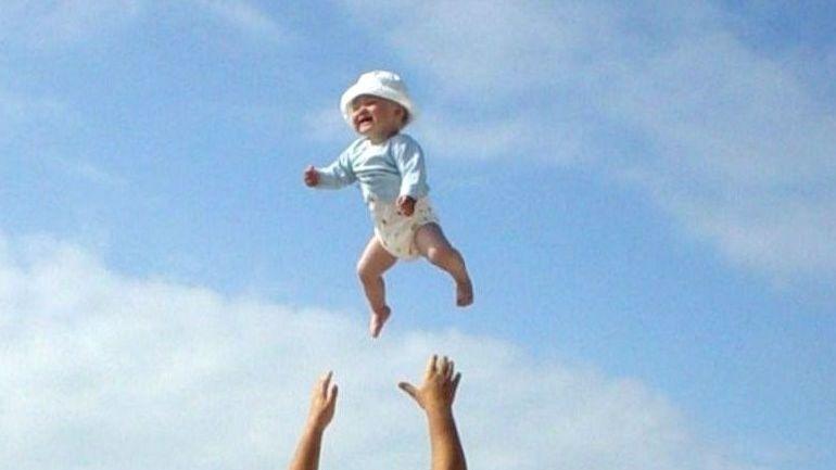 lille pige griner mens hun går en lufttur