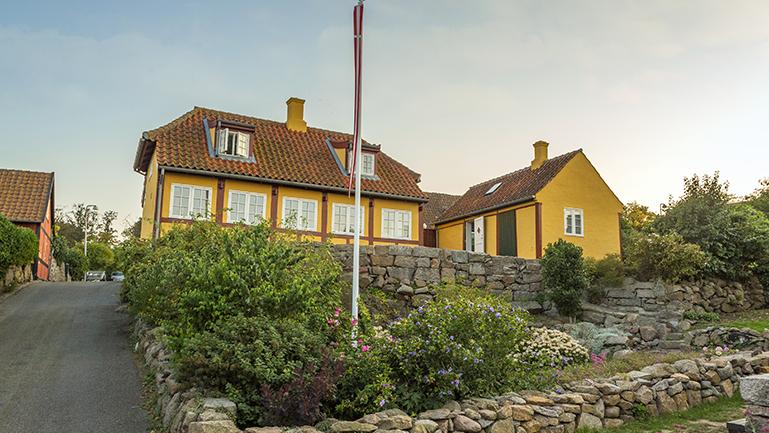 Bo på Bornholm og oplev både det fredelige ø-liv med maritime miljøer og det moderne samfund med kommune og erhvervsliv